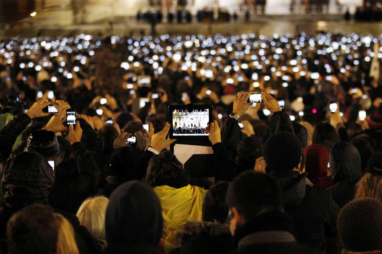 Papst Franziskus wird in Rom gewählt - Menschenmenge auf dem Ppetersplatz